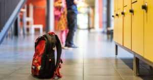 Kymmenvuotiaat poika ja tyttö tappelivat koulussa – poliisi kommentoi netissä jaettua kuvaa