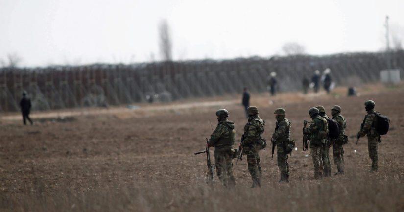 Kreikkalaiset sotilaat partioivat maan rajalla siirtolaisten pyrittyä ylittämään rajan laittomasti.