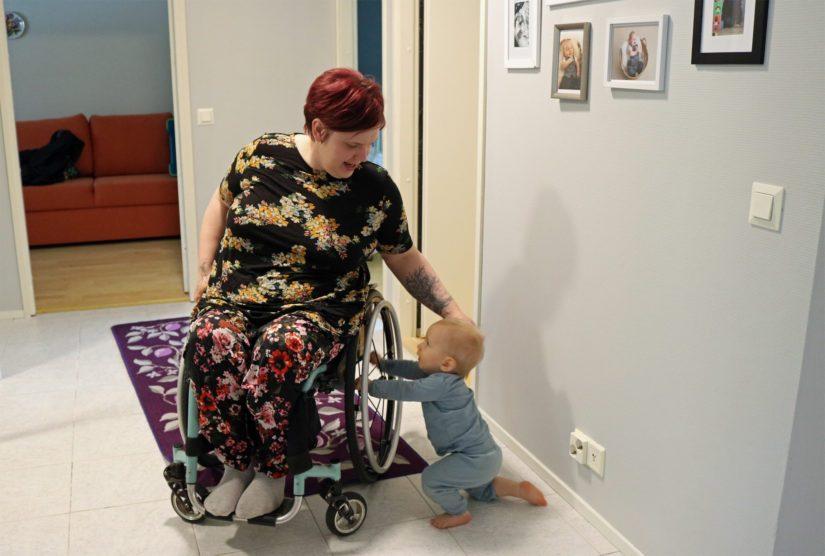 Kristalle pyörätuoli ei ole elämän este. – Tämä on hidaste, mutta ei missään tapauksessa jarru. Pärjääminen arjessa on hyvin paljon myös itsestä kiinni.