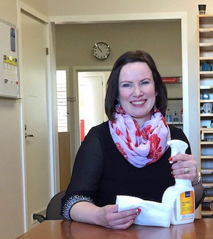 Raahen Monisiivouksen toimitusjohtaja Kristiina Kemppainen sanoo koronan myötä myös yrityksen sisäistä hygieniatasoa nostetun entisestään. – Mieluummin varaudumme liikaa kuin liian vähän, Kristiina sanoo.