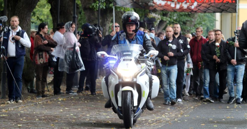 Poliisi valvoi mielenilmaisuja kuten kansallismielisten 118 Kukkavirta -kulkuetta.