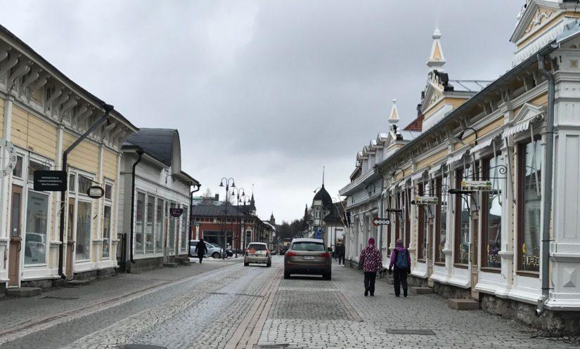 Vanhan Rauman toinen pääkaduista Kuninkaankatu on liikkeiden aukioloaikana vilkas ja viikonloppuisin rauhallinen.