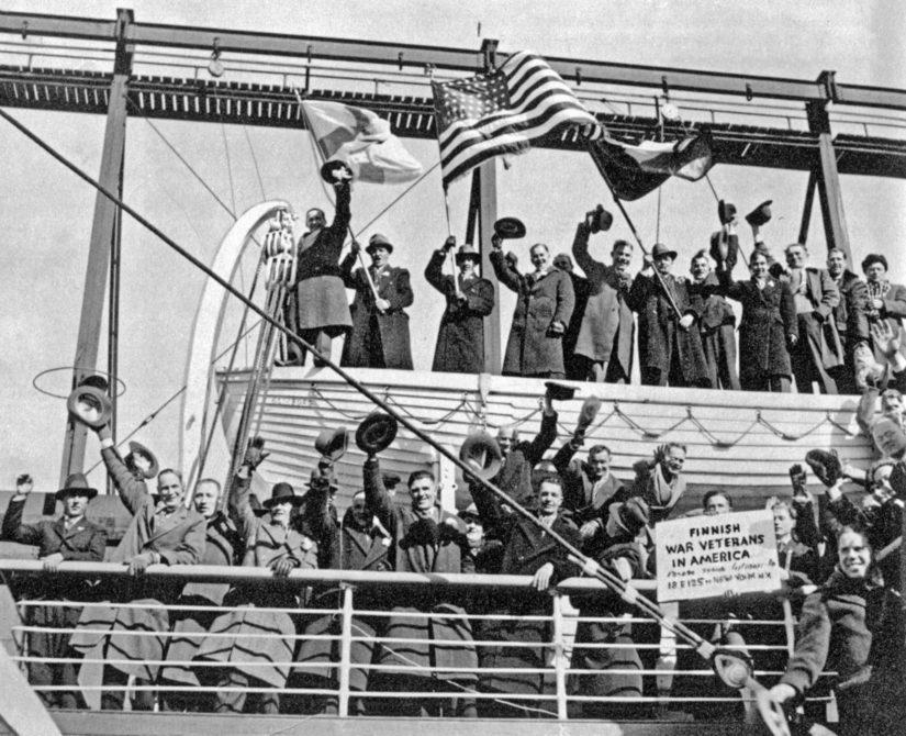 Amerikansuomalaisia saapui vapaaehtoisina talvisotaan noin 450 miestä ja naista, useimmat palasivat myös takaisin. (Kuva Tähtilippu talvisodassa)