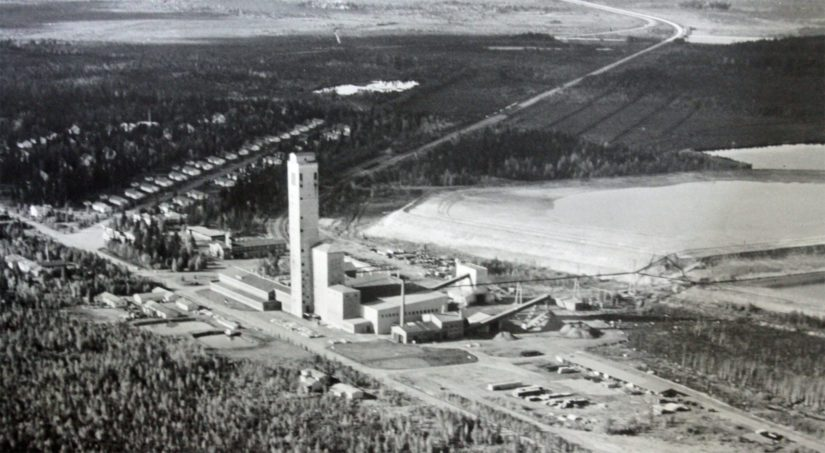1950-luvulla Lampinsaareen taituroitiin ennätysajassa rautatie, vedettiin puhelinlinjat ja rakennettiin ensimmäiset asunnot sekä 86 metriä korkea kaivostorni.