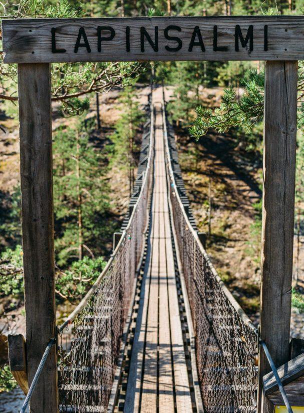 Kapiaveden ylittävä Lapinsalmen riippusilta on rakennettu vuonna 1987.