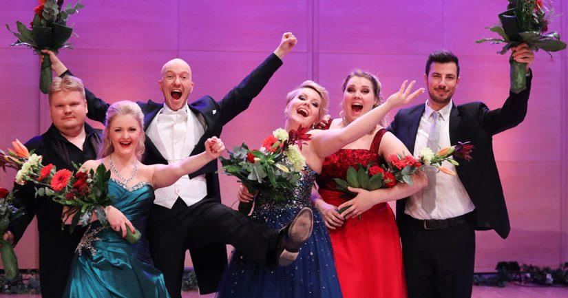 Lappeenrannan laulukilpailun voittajakuusikko sai tuulettaa kisan jälkeen vapautuneesti.