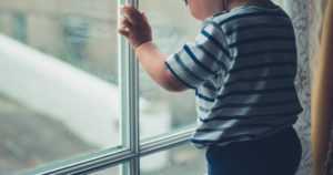 Nyt oli onni onnettomuudessa – 2,5-vuotias lapsi putosi avoimesta kolmannen kerroksen ikkunasta