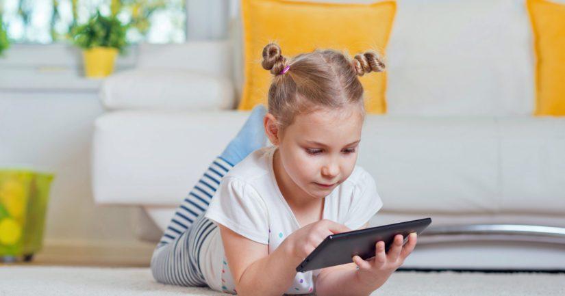 Lapset oppivat digilaitteiden käytön hetkessä, mutta eivät sitä, miten netissä toimitaan turvallisesti.