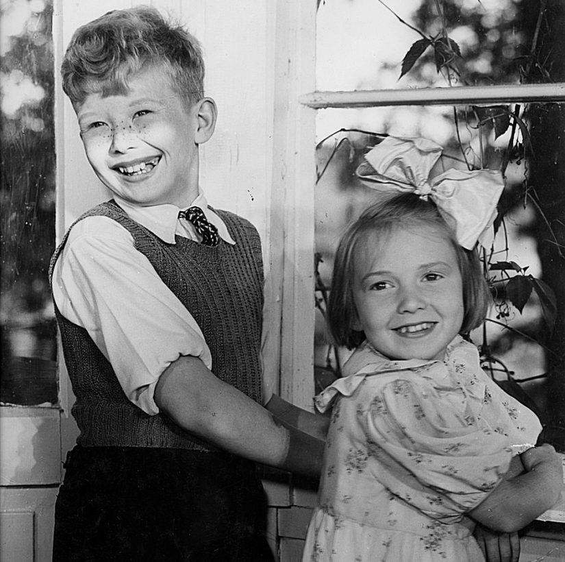 Suomisen perheen elokuvat olivat sotavuosien suosikkeja, Lasse Pöystin seurassa Maire Suvanto.