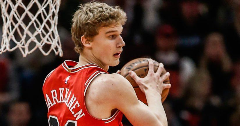 Lauri Markkanen pussittaa koreja NBA:ssa Chicago Bullsin paidassa.