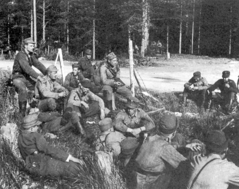Komppanianpäällikkö Lauri Törni miestensä keskellä sodan lopussa. Kuva on mahdollisesti Mauno Koiviston ottama.