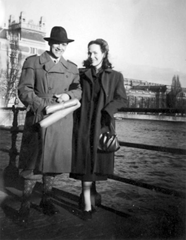 Ruotsissa Lauri Törni meni kihloihin Marja Kopsin kanssa, pariskunta kävelyllä Tukholmassa.