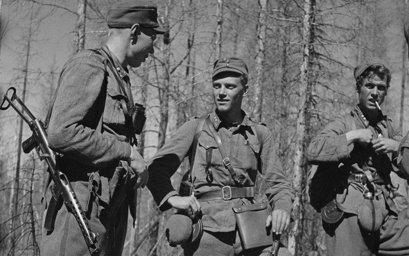 Keskellä Lauri Törni Haukilahden taistelun jälkeen, vierellään kapteeni Pentti Railio ja luutnantti Holger Pitkänen.