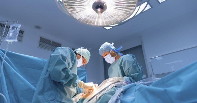 Ehtona yksityisten terveysyhtiöiden leikkaustoiminnan jatkumiselle olisi, että potilas voidaan siirtää hätätilanteessa alle puolessa tunnissa sellaiseen sairaalaan, jossa on teho-osasto.