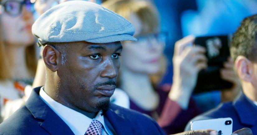 Lennox Lewis vertasi tuomiota siihen, kun hänen ja Evander Holyfieldin välinen ottelu tuomittiin ratkaisemattomaksi New Yorkissa vuonna 1999.