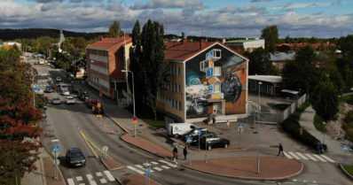 Muraalit elävöittävät arkiympäristöjä ympäri Suomen – Fingerporista poliisiaseman seinään