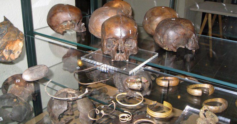 Levänluhdan arkeologisia löytöjä Kansallismuseon näyttelyssä, etualalla kalmistosta löytyneitä kupariseoksesta valmistettuja ranne- ja kaularenkaita.