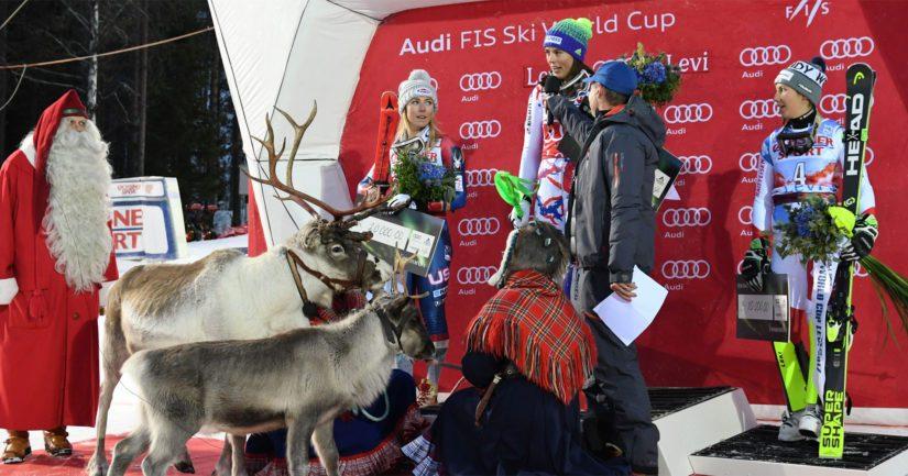 Joulupukki ja Igor-poro seuraavat voittajakolmikon haastattelua Levillä.