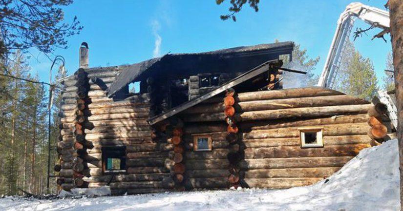 Palossa tuhoutunut rakennus oli kaksikerroksinen hirsirakenteinen mökki, joka oli vuokrattu eteläsuomalaiselle perheelle.