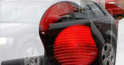 Päihtynyt kuljettaja ei reagoinut pysäytysvaloon – poliisi puhallutti yllättyneen miehen liikennevaloissa