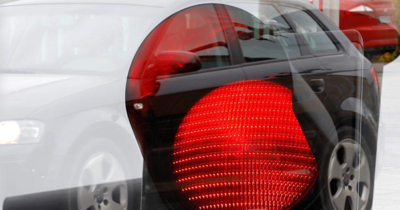 Kun auto pysähtyi punaisiin liikennevaloihin, poliisi jalkautui auton viereen.