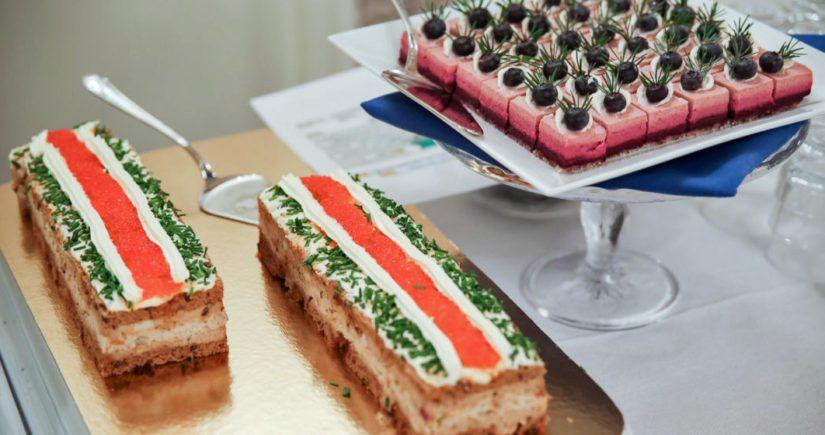 Pöydän antimissa on laajasti kotimaisia luomutuotteita sekä kalaa ja riistaa.