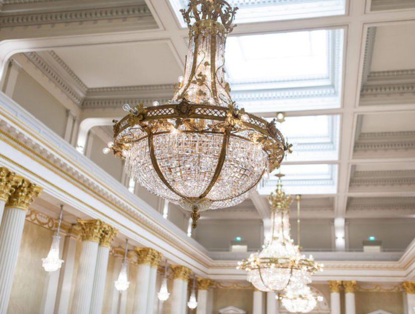 Linnan kristallikruunut ja vanhat valaisimet kunnostettiin huolellisessa remontissa perusteellisesti.