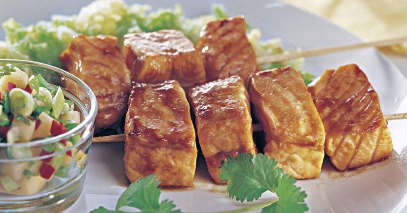Tarjoa teriyaki-soijamarinoitujen lohivartaiden lisukkeeksi höyrytettyä kiinan- tai varhaiskaalia ja melonisalsaa.