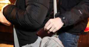 Nainen piilotti varastetun lompakon housuihinsa – poliisipartio huomasi epäilyttävän kaksikon puuhat