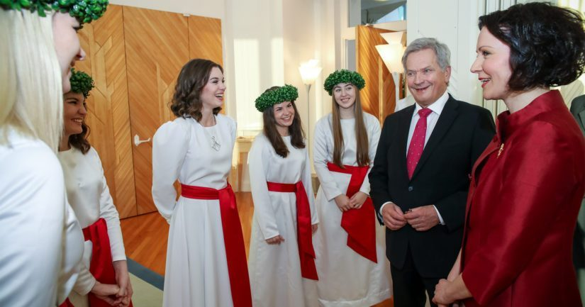Suomen Lucia-neito Sara Ray ja hänen kuoronsa presidenttiparin kanssa Mäntyniemessä.
