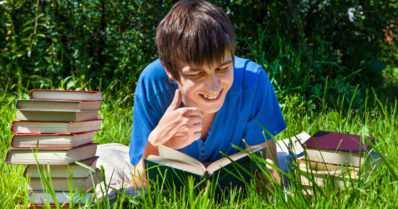 Lomalla kannattaa lukea – ja lukemalla lapselle saavutetaan lukemattomia hyötyjä