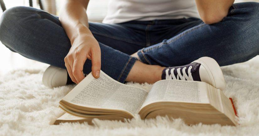 Ihmiset, jotka lukevat enemmän, saavuttavat todennäköisemmin hyvän koulutustason ja menestyvät työelämässä.