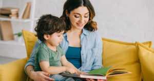 """Lukivaikeudet kulkevat usein sukupolvesta toiseen – """"Vanhempia on rohkaistava lukemaan yhdessä lastensa kanssa"""""""