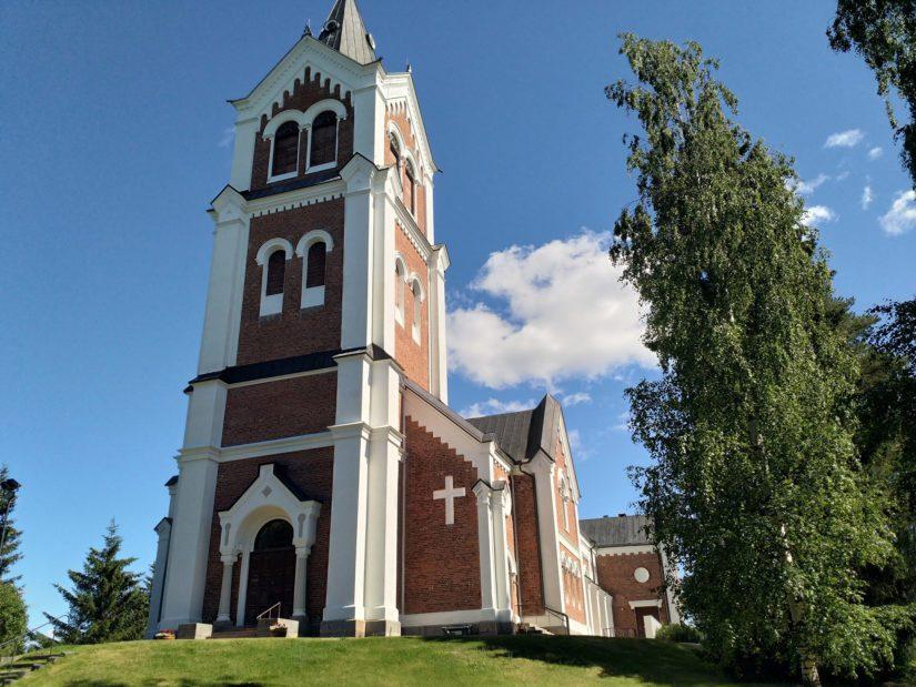 Arkkitehti John Lybeckin suunnittelema Lumijoen tiilikirkko on nimetty kokonsa ja näkönsä mukaisesti Lakeuden katedraaliksi.