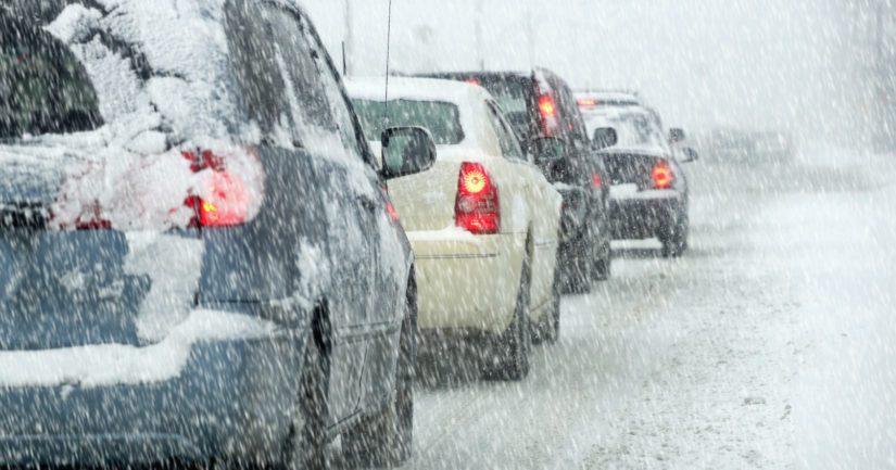 Tuuli pöllyttää lunta, jolloin ajokeli näkyvyys heikkenevät voimakkaasti.