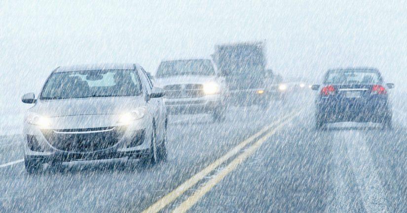 Liukas keli, lumisade ja tiestä pöllyävä lumi tekivät ajamisen haastavaksi.