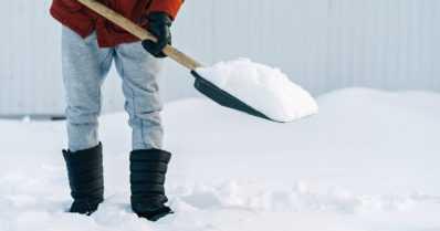 Minuutin lumitöistä mummolle satasen lasku – pyyteetön auttaminen on jäänyt ahneuden jalkoihin