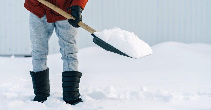 Lumitöitä riittää nyt reilusti koko maassa runsaan lumitilanteen johdosta.
