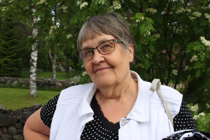 Kyläaktiivi Maija Isokääntä sanoo Lampinsaaren selviytyneen vaikeuksistaan sisukkuuden ja voimakkaan yhteisöllisyyden ansiosta. – Olemme aina kulkeneet omia polkuja, entinen kyläpäällikkö tiivistää.