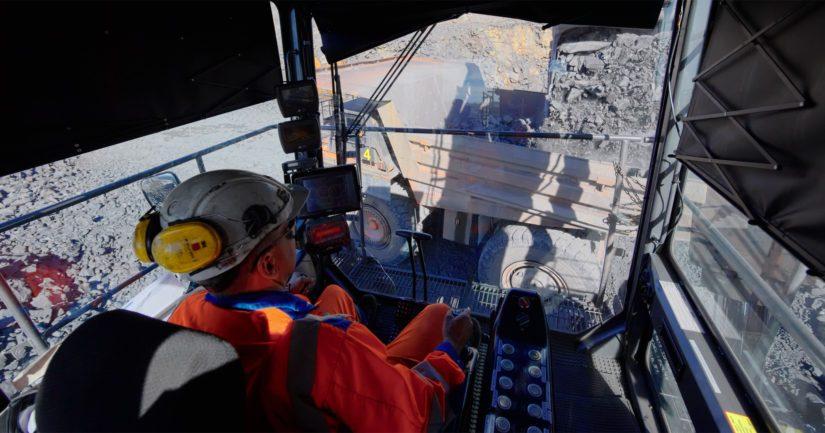 Malmia siirretään kiviauton lavalle Terrafamen kaivosalueella Sotkamossa.