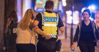 """Pommi räjähti nuorisokonsertissa Manchesterissa – """"Häikäilemätöntä epäinhimillisyyttä"""""""