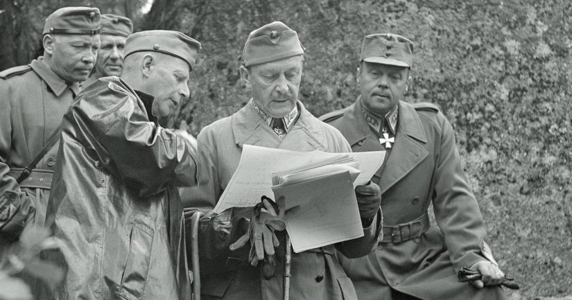 Mannerheim kenraaleineen tutkii tuloksia kiviesteiden kyvystä panssarivaunujen estämisessä kesällä 1943.