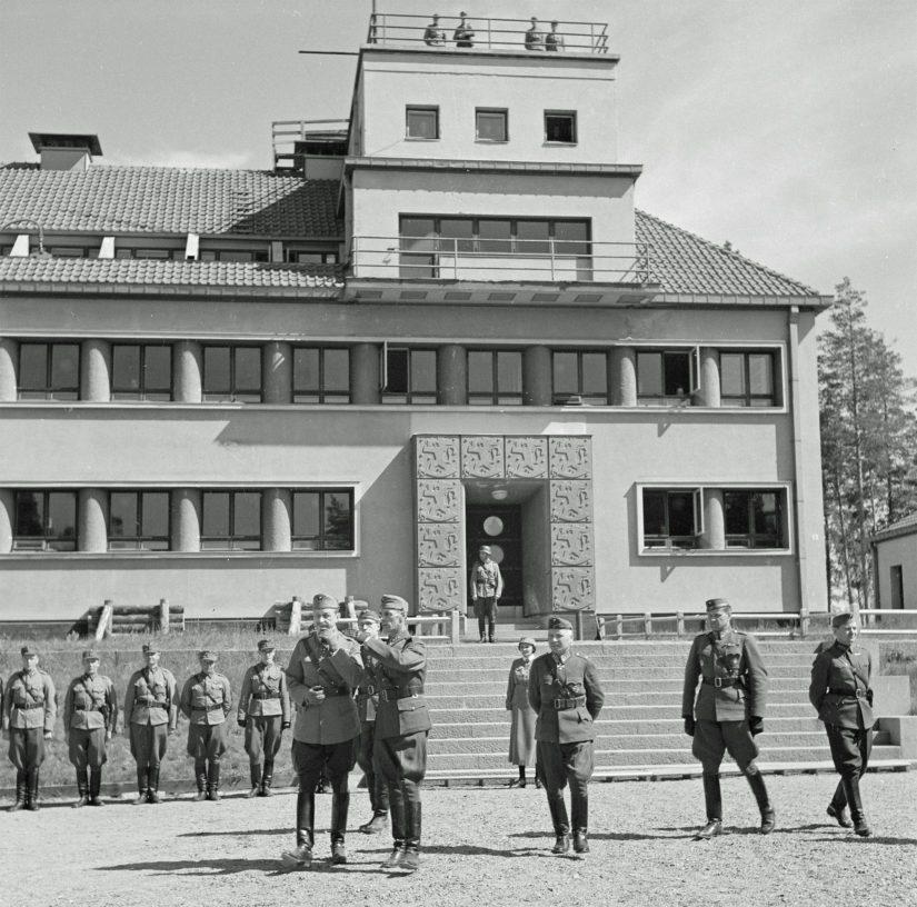 Ylen artikkelissa esitetty Huuhkanmäen sotahistoriallisen museon kuva Mannerheimistä vierailulla Huuhanmäen varuskunnassa toukokuussa 1943 on oikeasti suomalaisesta SA-kuvan arkistosta.