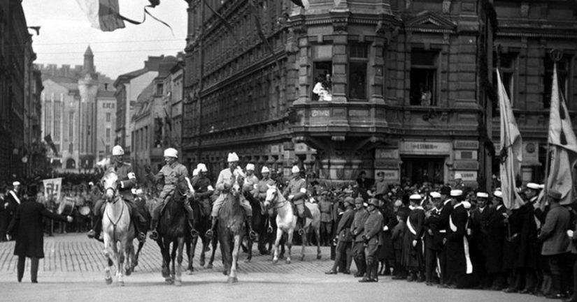 Suomen valkoinen armeija saapuu paraatissa Pohjoiselle Esplanaadikadulle 16.5.1918.