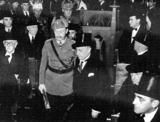 Mannerheim saapui kunnioittamaan juutalaisia sankarivainajia Malminkadun synagogaan itsenäisyyspäivänä vuonna 1944. (Kuva Anne Frank tietopankki)