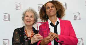 Booker-kirjallisuuspalkinto jaettiin – Margaret Atwood ja Bernardine Evaristo voittivat yhdessä
