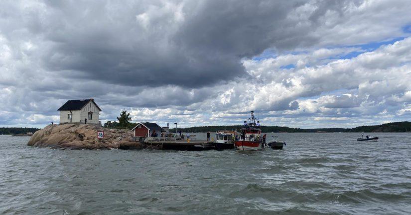 Matkustajat haettiin saaresta toisella aluksella ja haveristialus jäi Loistokariin.