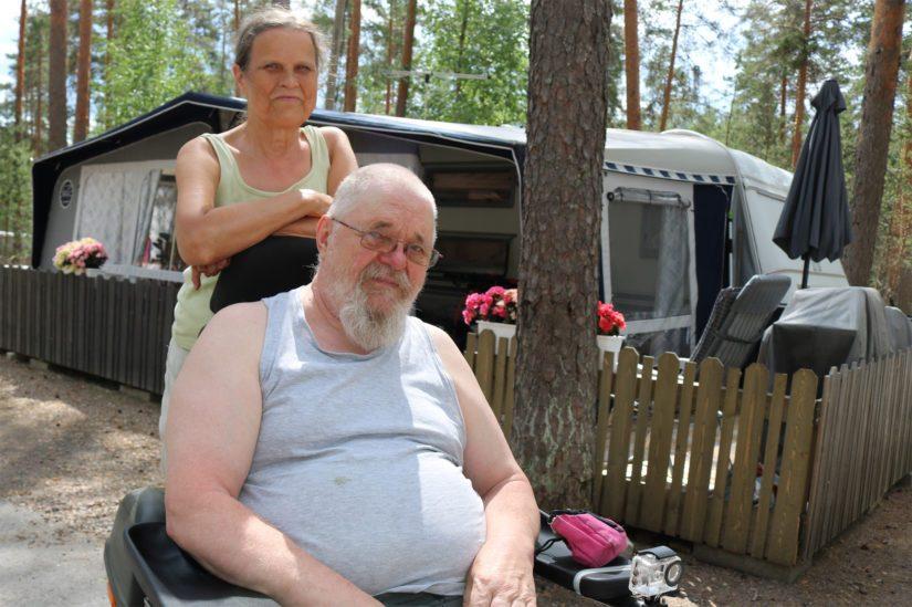 Jouko ja Maritta asuvat matkailuvaunussa ympäri vuoden. – Nämä neliöt riittävät meille ja myös asumiskustannukset ovat hyvin lompakkoystävälliset.