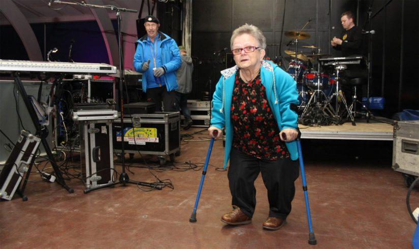 Marja-Leena kiertää aktiivisesti tanssiyhtye Souvareiden keikoilla. – Lasse (Hoikka) tekee minulle aina lavalle oman yksityiskatsomon, Marja-Leena sanoo kiitollisena.