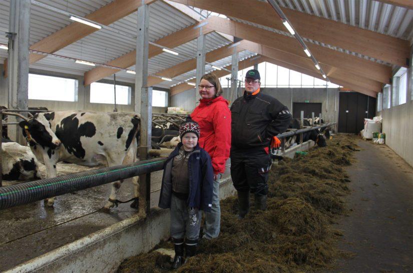 Väisäsen maitotilan isäntäpari Marja-Liisa ja Mikko ovat tyytyväisiä pihaton toimintoihin. Myös 7-vuotias Heikki-poika osallistuu mielellään navettatöihin.